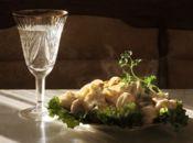 Чаша с бяло вино и пилмени!